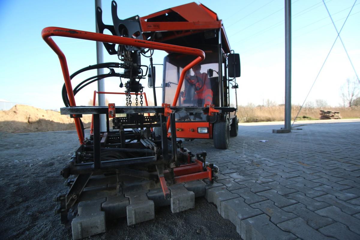 Pflaster Verlegemaschine 1200x800 | Luebber Syke