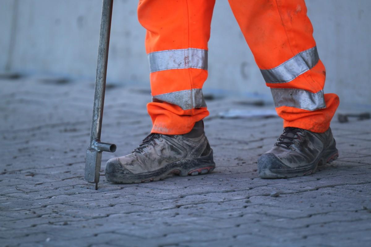 Bauarbeiter prüft Pflastersteine 1200x800 | Luebber Syke
