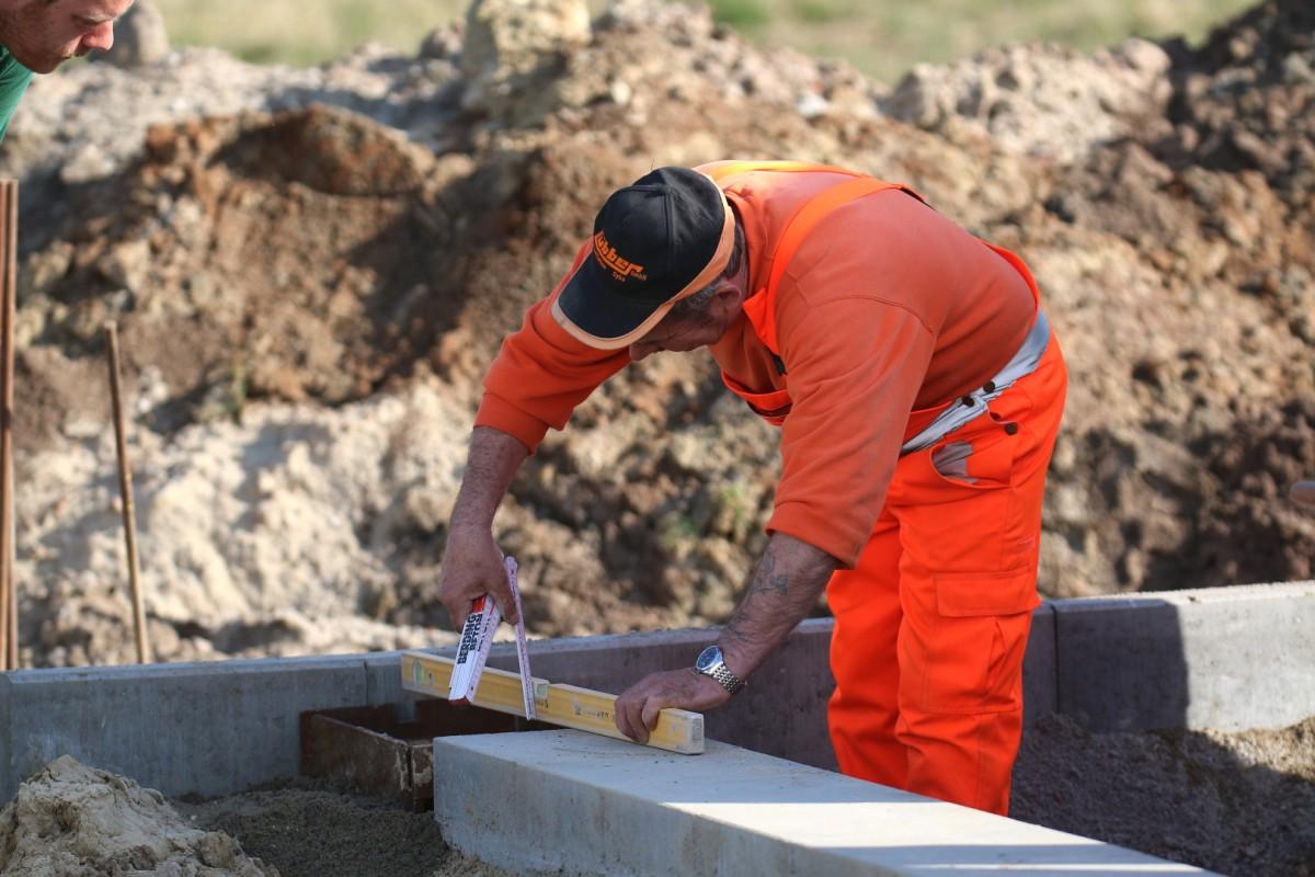 Bauarbeiter misst Abstände 1200x800 | Luebber Syke