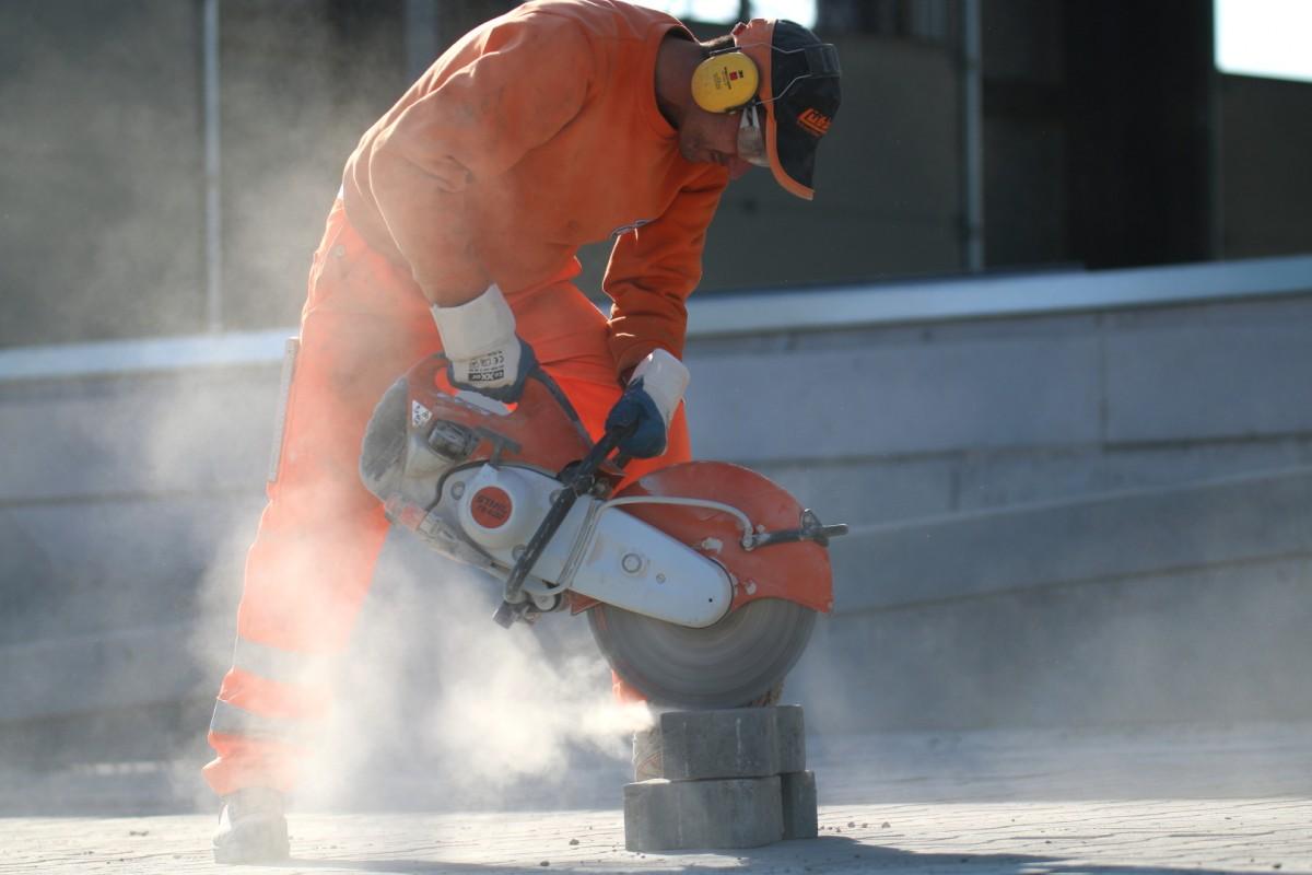 Bauarbeiter mit Trennschleifer 1200x800 | Luebber Syke
